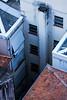 Bem no fundo... (Bernardo.Speck) Tags: porto alegre portoalegre documental documento registro cidade janelas azul de blue window city pedra