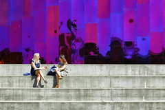 MoPOP (erichudson78) Tags: usa washington seattle canoneos6d canonef24105mmf4lisusm streetphotography scènederue line lignes reflets reflection femmes women sitting assises talk