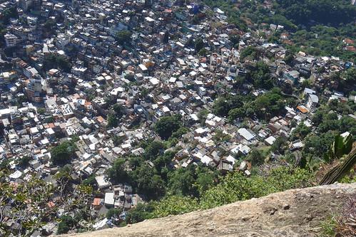 Après une randonnée, nous voici en haut de la favela avec une vue sur la plus grande favela de Rio : celle de Rocinha