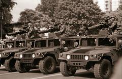 Letzte Parade der Alliierten Schutzmächte Berlin 1989 (rieblinga) Tags: berlin 1989 letzte parade schutzmächte west hummer h1 usa grosbritannien frankreich strase des 17 juni analog revue sc4 ilford fp4 sw