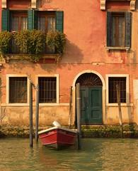 Venezia / Nineta (Pantchoa) Tags: venise vénétie italie façade maison barque bateau nineta eau grandcanal canal porte fenêtrs piquets amarrage fleurs plantes