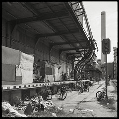 Frankfurt Slums (*altglas*) Tags: mediumformat mittelformat 6x6 120 film analog expired expiredfilm orwonp27 bw monochrome zeiss superikonta frankfurt industry decay slum slums