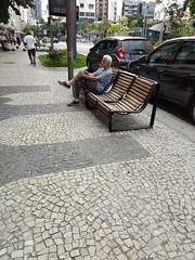 não há mais pressa (luyunes) Tags: homem men solitário solidão streetscene streetphotography streetphoto streetshot streetlife life lifestreet leblon riodejaneiro motozplay mobilephotographie mobilephoto luciayunes
