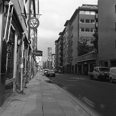Andra Långgatan (rotabaga) Tags: sverige sweden svartvitt göteborg gothenburg blackandwhite bw bwfp mediumformat mellanformat 120 6x6 lomo lomography lubitel166 twinlens