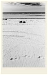 Presque seul (Napafloma-Photographe) Tags: 2018 architecturebatimentsmonuments bandw bw bâtiments france géographie hautsdefrance landscape letouquet métiersetpersonnages pasdecalais paysages personnes techniquephoto blackandwhite boutique monochrome napaflomaphotographe noiretblanc noiretblancfrance photographe plage province sable fr res bell tres belle