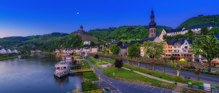 Cochem an der Mosel - Moselpromenade blaue Stunde morgens Panorama