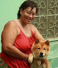 a lady and her dog (the foreign photographer - ฝรั่งถ่) Tags: middle aged lady dog khlong thanon portraits bangkhen bangkok thailand canon