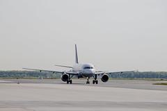 Frankfurt Airport: Lufthansa (kevin.hackert) Tags: rheinmain vorfeld linienflugzeug flughafen eddf outdoor metropole airport jet flugzeug cargo rheinmainflughafen ffm hessen fra aircraft frankfurtammain 069 apron frankfurt main rollfeld fahrzeug fraport boden verkehrsflughafen