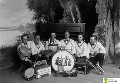 tm_6953 - Folkets Park, Tidaholm 1920-1925 (Tidaholms Museum) Tags: folkparken tidaholm svartvit positiv människor gruppfoto spelmän musikinstrument dragspel trummor saxofon banjo