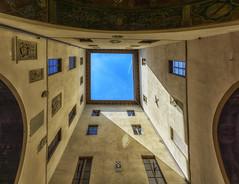 Con il naso all'insù (forastico) Tags: forastico d7100 pistoia toscana palazzopretorio tribunale cortile