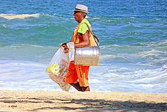 Vendedor de biscoitos e bebidas (o.dirce) Tags: areia orla riodejaneiro mar vendedor odirce beach