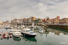 Panoramica del Puerto deporitvo (Photo Valdueza) Tags: barcos puerto deportivo gijon panoramica reflejos ciudad asturias nublado barquitos agua mar