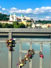 Was die in Köln können... Haben wir auch in Passau am Fünferlsteg (teresa_ohne_h) Tags: bayern niederbayern liebesschlösser brücke fünferlsteg dompassau passau