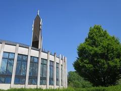 Eglise Notre-Dame-du-Val (1997), Bussy-Saint-Georges (77) (Yvette G.) Tags: bussysaintgeorges 77 seineetmarne îledefrance architecture architecturecontemporaine église gonotmarcenat étang
