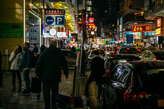 Viel homme marchant dans une rue achalandée de Causeway Bay à Hong Kong (Turkian) Tags: paysages pentaxricohimagingcompany ricohimagingcompany smcpentaxda1855mmf3556alwr affiche asia asie auto automobile car chine exterior extérieur hiver hongkong k3 lieu light location lumière néon pentax photo photographie photography road rue rues saison season sign texture urbain vehicle vehicule voiture winter