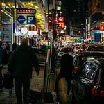 Viel homme marchant dans une rue achalandée de Causeway Bay à Hong Kong thumbnail