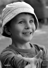 s'il te plaît ! (quentinmirabelle) Tags: portrait enfant noir blanc gros plan yeux black white monochrome rue street