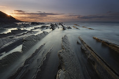 Last Rays (Rafael Díez) Tags: españa paisvasco zumaia guipúzcoa flysh sakoneta sol atardecer sunset sun sunstar paisaje mar rocas rafaeldíez filtro nubes
