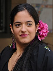 DAMA CON FLOR EN EL PELO (marthinotf) Tags: retrato esther mujerconflor retratoalairelibre mantilla baileflamenco amistad amiga chica flamenca estilo morena mujermorena caracter amigos