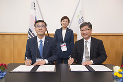 Jong Seo Kim, Hyun-mee Kim and Young Tae Kim signing the MoU