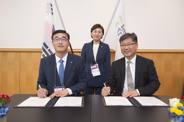Jong Seo Kim, Hyun-mee Kim and Young Tae Kim signing the MoU