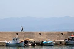 hurry up (Wackelaugen) Tags: elounda crete greece harbour water ship boat person running hill wall canon eos photo photography stephan wackelaugen
