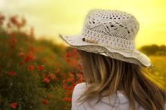 En groc (Trumfa) Tags: girl beauty portrait yellow red field hat model camp groc vermell barret noia retrat chica retrato sombrero amarillo rojo guapa