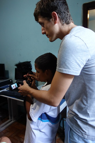 Guillaume a appris aux enfants à se servir du matériel pour filmer
