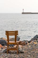Se cansó de esperar (CrisGlezForte) Tags: almería mar playa silla piedras faro