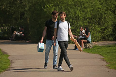 Oosterpark - Amsterdam (Netherlands) (Meteorry) Tags: europe nederland netherlands holland paysbas noordholland amsterdam amsterdampeople candid oost east est oosterpark park parc jardin garden printemps spring guys male hommes friends amis boys gentlemen sneakers trainers skets baskets beer bière bread pain april 2018 meteorry