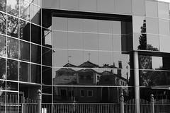 Como un espejo (ameliapardo) Tags: reflejos espejos arquitectura sevilla andalucia viapublica fujixt1 españa
