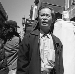 San Francisco, 2018 (Dave Glass . foto) Tags: sanfrancisco chinatownsanfrancisco chinatownsf chinatown grantstreet streetphotography street konicagenbakantoku kodaktmax400 rodinalfilmdeveloper