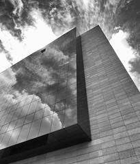 Trabajando en las nubes (jantoniojess) Tags: edificio arquitectura architecture simetría perspectiva perspective líneas geometría cloud clouds cloudy nublado nubes reflejos cristal sevilla seville monocromático monochrome blancoynegro blackandwhite
