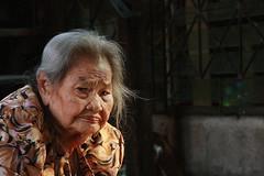 grandma's face tells it all (the foreign photographer - ฝรั่งถ่) Tags: grandma wispy grey hair khlong thanon portraits bangkhen bangkok thailand