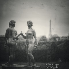 Amazing Grace (Mister Blur) Tags: amazing grace lestroisgrâces aristide maillol jardin tuileries garden sculpture paris france happy monochrome bokeh thursday hmbt blackandwhite bw blancoynegro depthoffield dof snapseed nikon d7100 50mm f18 rubén rodrigo fotografía