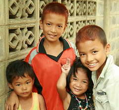 brothers and sisters (the foreign photographer - ฝรั่งถ่) Tags: brothers sisters four children khlong thanon portraits bangkhen bangkok thailand canon