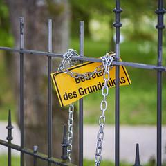 Keep out (blattboldt) Tags: zeissloxia2485sonnart emount city street sign keepout betretenverboten yellow green fence sonyalpha7rmiii ilce7rm3
