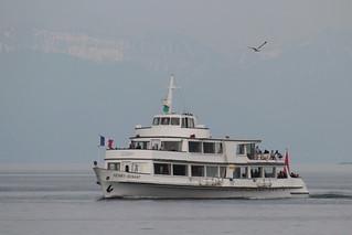 Motorschiff MS Henry Dunant ( Inbetriebsetzung 1963 - 700 Personen - CGN Compagnie Générale de Navigation sur le lac Léman - Kursschiff Schiff ship bateau nave ) auf dem Genfersee - Lac Léman bei Nyon im Kanton Waadt - Vaud der Schweiz