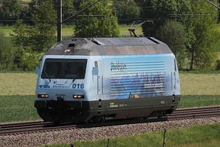 BLS Lötschbergbahn Lokomotive Re 465 016 - 4 mit Taufname Centovalli mit Werbung Stockhorn ( Hersteller SLM Nr. 5740 - ABB - Inbetriebnahme 1997 - Werbelokomotive seit 04.05.18 ) unterwegs zwischen Gümligen und Rubigen im Kanton Bern der Schweiz