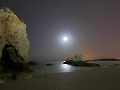 Tranquility (jantoniojess) Tags: portugal portimao algarve noche nocturno nocturna fotografíanocturna largaexposición largaexposiciónnocturna longexposure panasoniclumixlx100 night moon moonlight reflejosenelagua reflejos playa mar landscape paisaje paisajenocturno rocasplaya