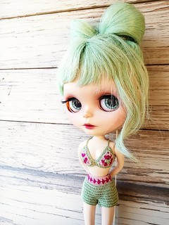 Its too cold to go out dressed like that, I hope that we get warm summer!     💚☀️😎 #blythe #customblythe #crochet #crochetbikini #blytheclothes #crochetdollclothes #crochetblytheclothes #dolliina