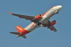 'U275LP' (U28221) LGW-VLC (A380spotter) Tags: takeoff departure climb climbout gearinmotion gim retraction belly airbus a320 200 sharklets™ sharklets sharklet™ sharklet 200sl a320ceo currentengineoption wingtipdevices wingtipdevice winglets winglet gezpe easyjetairline ezy u2 u275lp u28221 lgwvlc runway08r 08r london gatwick egkk lgw