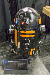 Astromech R2-Q5 aus Star Wars: Episode VI (marcoverch) Tags: cosplay cologne rpc roleplayconvention köln roleplay rollenspiele astromechr2q5 starwarsepisodevi vehicle fahrzeug noperson keineperson industry industrie technology technologie transportationsystem transportsystem car auto machine maschine equipment ausrüstung competition wettbewerb machinery maschinen safety sicherheit power leistung business geschäft autoracing autorennen action aktion race rennen one ein people menschen daylight tageslicht travel reise boeing railroad lowkey nyc day macromondays australia deutschland eau españa