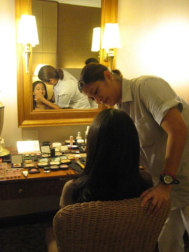 Ting Duque doing the make up of Ines Delgado