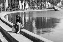 Chatting on the bank of the Canal St Martin, Paris (gerardmahieu) Tags: parijs