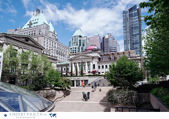 Robson Square by the Vancouver Art Gallery. (Vincent Demers - vincentphoto.com) Tags: amériquedunord architecture bc britishcolumbia canada centrevilledevancouver city cityofvancouver colombiebritannique destinationdevoyage destinationtouristique downtownvancouver idéedevoyage museum musée northamerica ouestcanadien photodevoyage photographiedevoyage robsonsquare tourism tourisme touristdestination travel traveldestination travelidea travellocation travelphoto travelphotography traveling travelling trip urbain urban vancouver vancouverartgallery ville villedevancouver voyage voyager wanderlust westerncanada ca