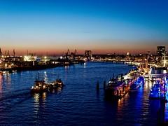 Die Elbe - Blaue Stunde (alterahorn) Tags: dxo mzuiko25mm olympusmzuiko olympus olympuspenf bluehour blauestunde hamburgatnight citylights nightlights sunset sundown elbphilharmonie elbe hamburg