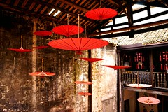 鳳凰 (Fenghuang) (勇 YoungAdventure) Tags: 鳳凰 fenghuang 湖南 hunan china oldtown red umbrella 7dwf lookingup crazytuesdaytheme