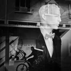 Temptation (Simon BOISVINET) Tags: acros fujifilm x100f blackandwhite photography street reflection temptation apple pomme tentation fruit man woman