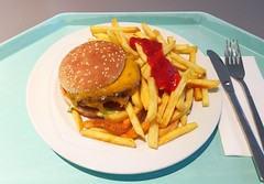 Cheeseburger & Pommes Frites (JaBB) Tags: cheeseburger pommesfrites frenchfries ketchup food lunch essen nahrung nahrungsmitte mittagessen kantine betriebsrestaurant